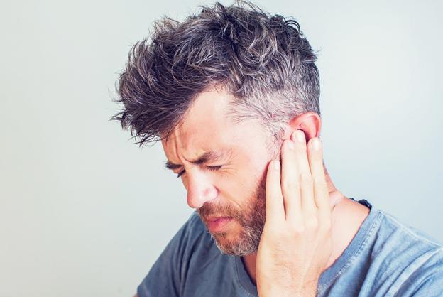Чтобы не ощущать боль в ушах, вам стоит подобрать хорошие капли против отита