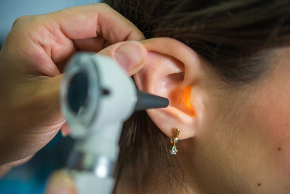 Самые распространенные признаки воспаления уха – температура, боли и гной в слуховом проходе