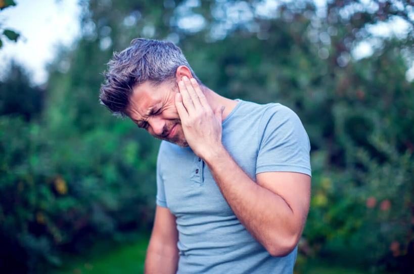 Різкий біль – один з основних симптомів гострого зовнішнього отиту